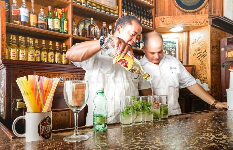Professionele Cubaanse barmannen in Bodeguita del Medio in Havana Cuba stock foto
