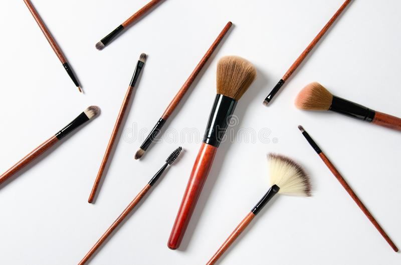 Professionele die make-upborstels op witte achtergrond worden geïsoleerd Kosmetische samenstelling royalty-vrije stock foto