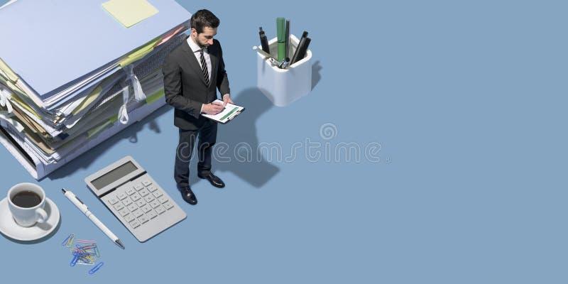 Professionele directeur die zich op een Desktop en het werken bevinden stock afbeelding