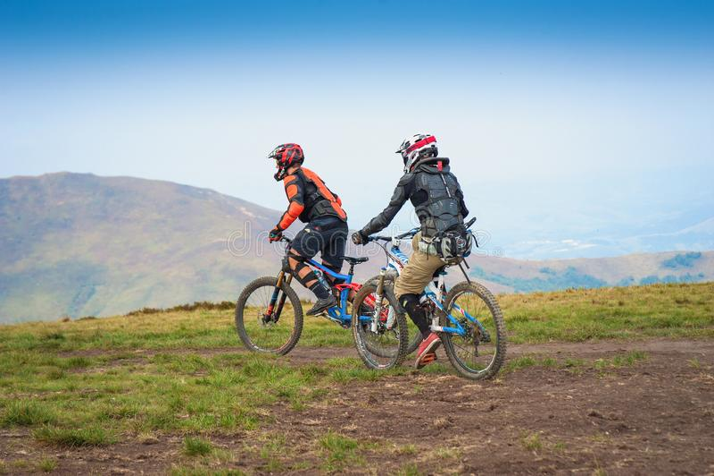 Professionele fietsers die de bergaf bergfiets berijden op de bergsleep royalty-vrije stock afbeelding
