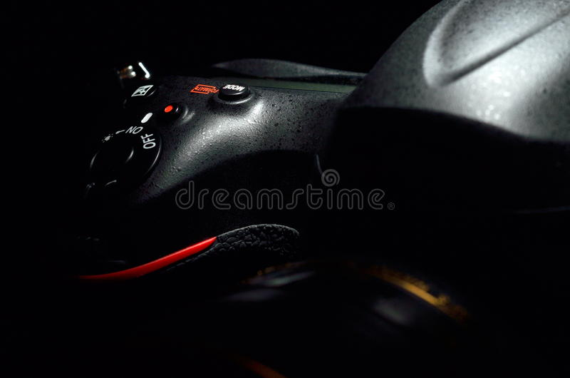 Download Professionele Fotocamera Tegen Zwarte Achtergrond Stock Afbeelding - Afbeelding bestaande uit zaken, setting: 39101049