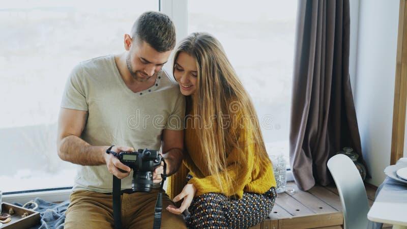 Professionele fotograafmens die foto's op digitale camera tonen aan studentenmeisje bij persoonlijke materclass in fotostudio royalty-vrije stock fotografie