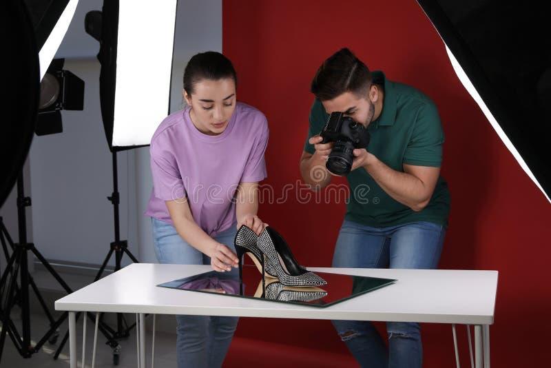 Professionele fotografen die modieuze schoenen schieten royalty-vrije stock afbeelding