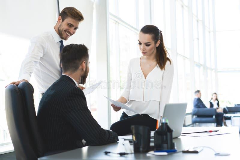 Professionele groep managers die op creatief begrotingsrapport samenwerken die laptop computers, geconcentreerd team met behulp v royalty-vrije stock foto's