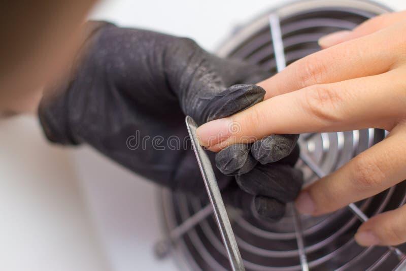 Professionele Hardwaremanicure procedure voor de voorbereiding van spijkers alvorens nagellak toe te passen Handen van Manicure i royalty-vrije stock fotografie
