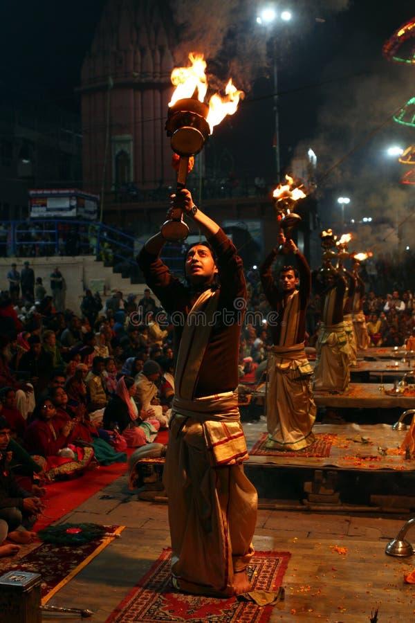 Professionele Hindoese priestersverering in Varanasi, India royalty-vrije stock foto