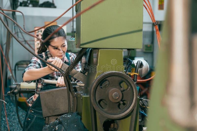 Professionele industriële fabrieks vrouwelijke werknemer royalty-vrije stock afbeelding