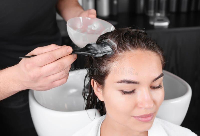 Professionele kapper die haar van jonge vrouw in schoonheidssalon verven royalty-vrije stock foto's