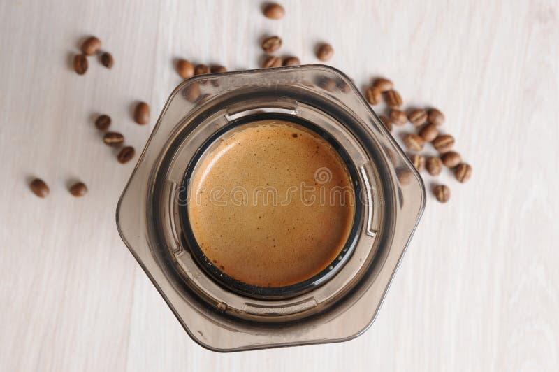 Professionele koffie het brouwen koffie aeropress stock afbeeldingen