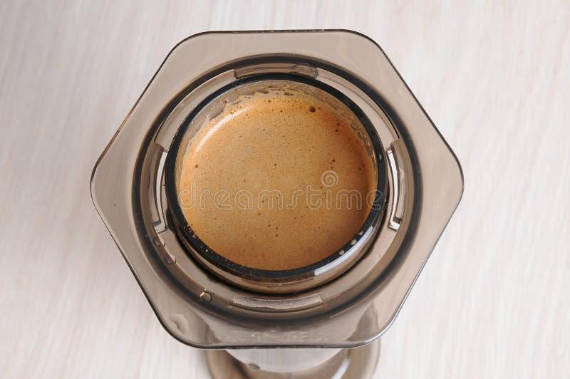 Professionele koffie het brouwen koffie aeropress stock foto