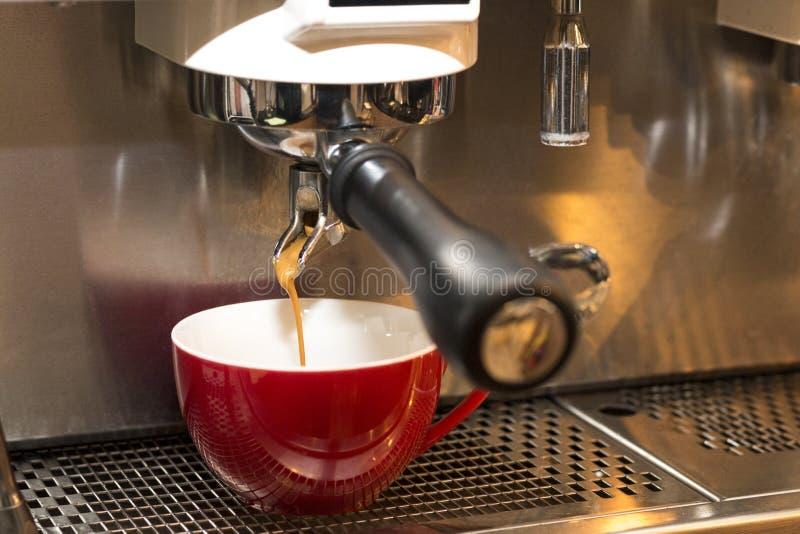 Professionele koffieconstructeur van machines en rode kop op koffiewinkel royalty-vrije stock foto