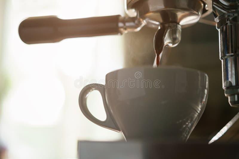 Professionele koffiemachine die espresso in cappuccinokop voorbereiden royalty-vrije stock fotografie