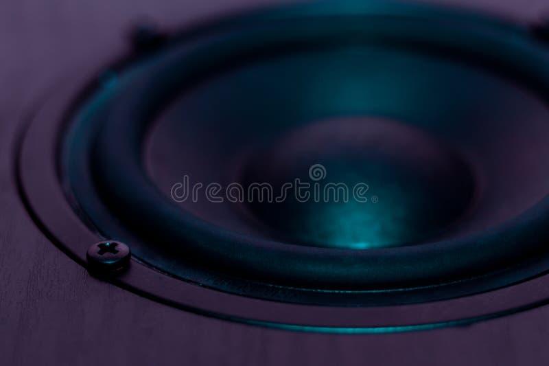 Professionele luidspreker van akoestisch systeem in purpere kleuren Woofer en midbass spreker op foto De atmosfeer van de nachtcl royalty-vrije stock foto