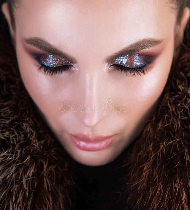 Professionele make-up gebruikend highlighter en glanzende oogschaduw stock afbeeldingen