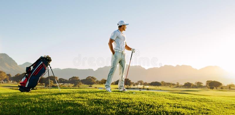 Professionele mannelijke golfspeler op gebied royalty-vrije stock foto's