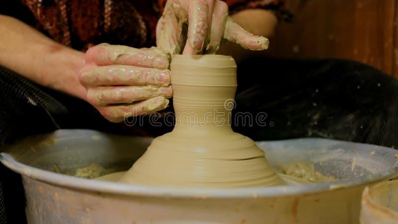 Professionele mannelijke pottenbakker die keramiek in workshop maken royalty-vrije stock fotografie