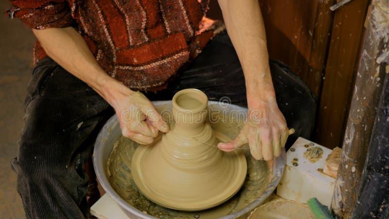 Professionele mannelijke pottenbakker die in workshop, studio werken stock afbeelding
