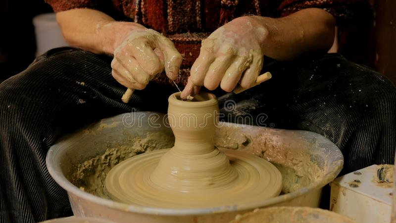 Professionele mannelijke pottenbakker die in workshop, studio werken royalty-vrije stock foto's