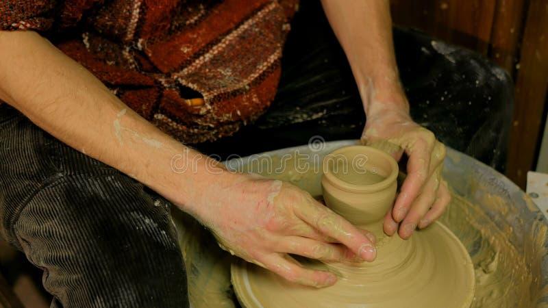 Professionele mannelijke pottenbakker die in workshop, studio werken royalty-vrije stock afbeeldingen