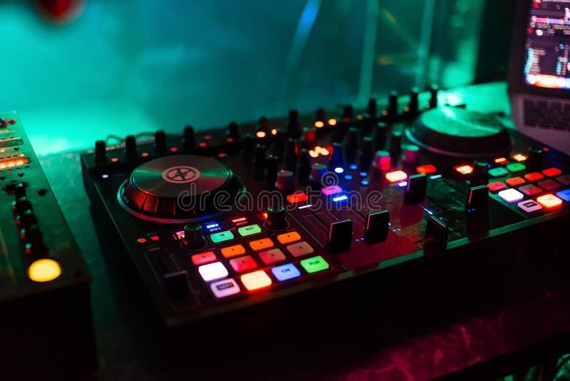 Professionele mixerraad DJ voor het mengen van en het mengen van clubmuziek bij partij met knopen en volumeniveaus stock afbeelding