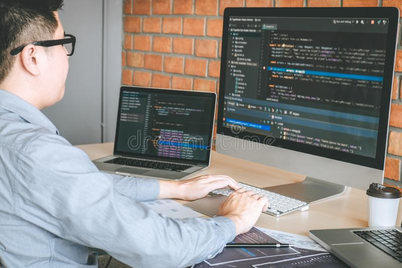 Professionele Ontwikkelaarprogrammeur die een ontwerp van de softwarewebsite werken en technologie, het schrijven codes en databa stock foto's