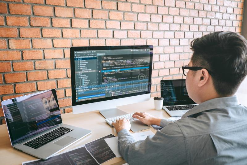 Professionele Ontwikkelaarprogrammeur die een ontwerp van de softwarewebsite werken en technologie, het schrijven codes en databa stock afbeeldingen
