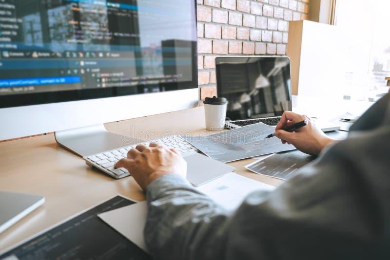 Professionele Ontwikkelaarprogrammeur die een ontwerp van de softwarewebsite werken en technologie, het schrijven codes en databa stock afbeelding