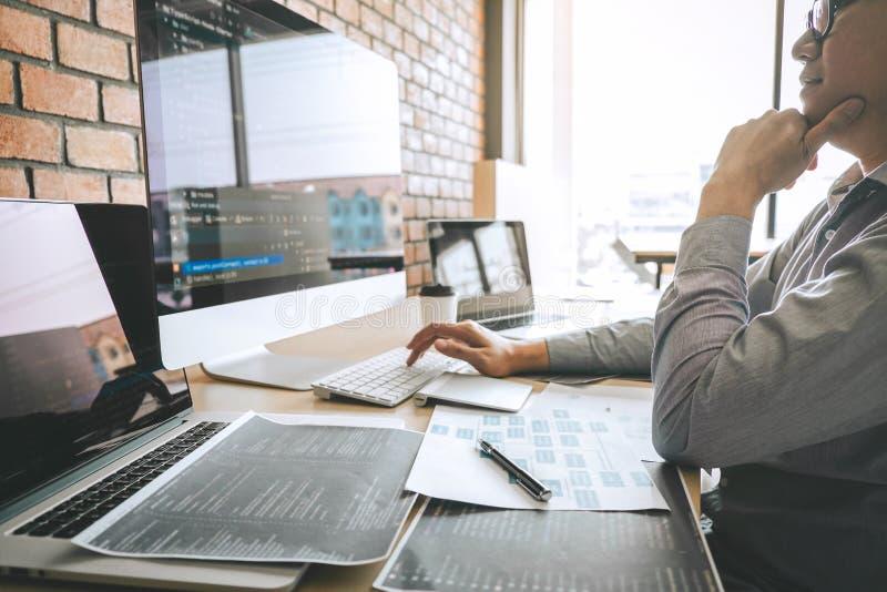 Professionele Ontwikkelaarprogrammeur die een ontwerp van de softwarewebsite werken en technologie, het schrijven codes en databa royalty-vrije stock foto's