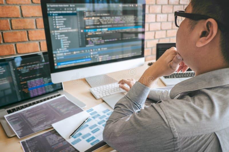 Professionele Ontwikkelaarprogrammeur die een ontwerp van de softwarewebsite werken en technologie, het schrijven codes en databa stock fotografie