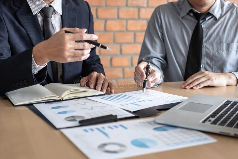 Professionele Partner die ideeën planning en presentatieproject bij vergadering het werken en analyse bespreken bij werkruimte, stock foto's