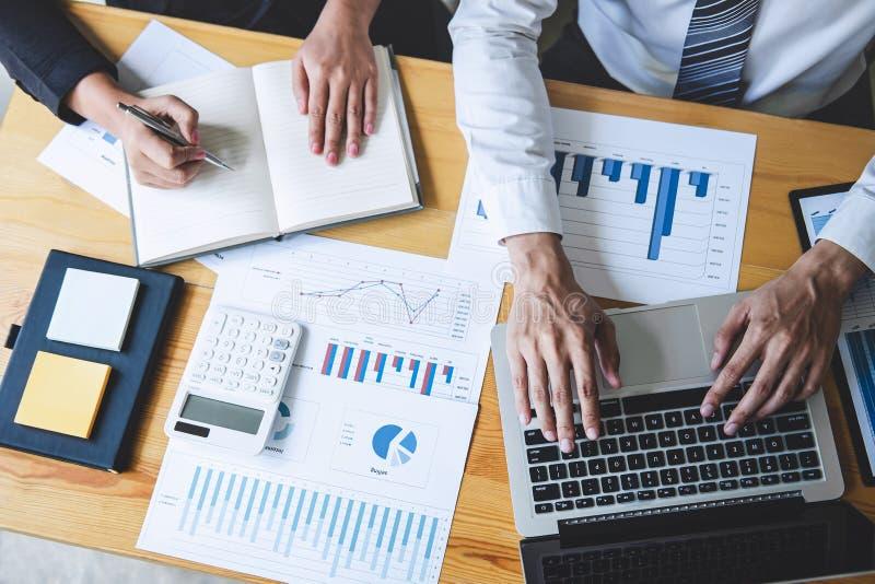 Professionele Partner die idee?n planning en presentatieproject bij vergadering het werken en analyse bespreken bij werkruimte, royalty-vrije stock foto