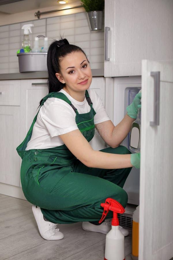 Professionele portier die moderne koelkast schoonmaken royalty-vrije stock foto's