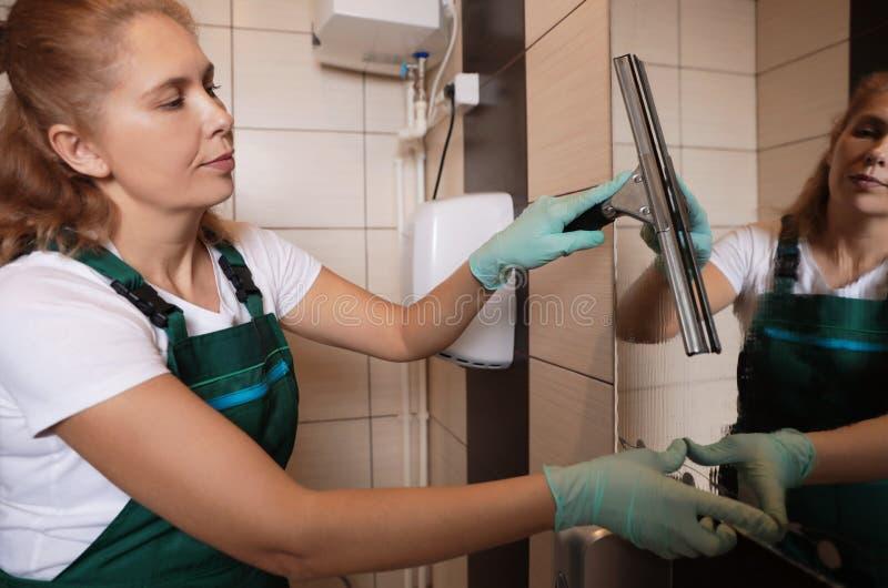 Professionele portier schoonmakende spiegel met rubberschuiver royalty-vrije stock foto's