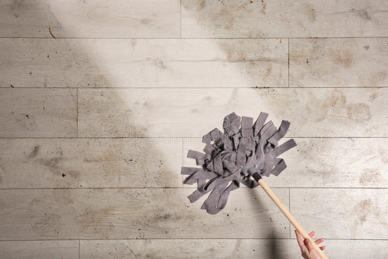 Professionele reinigingsmachine die vuile vloer met zwabber, hoogste mening wassen stock afbeeldingen