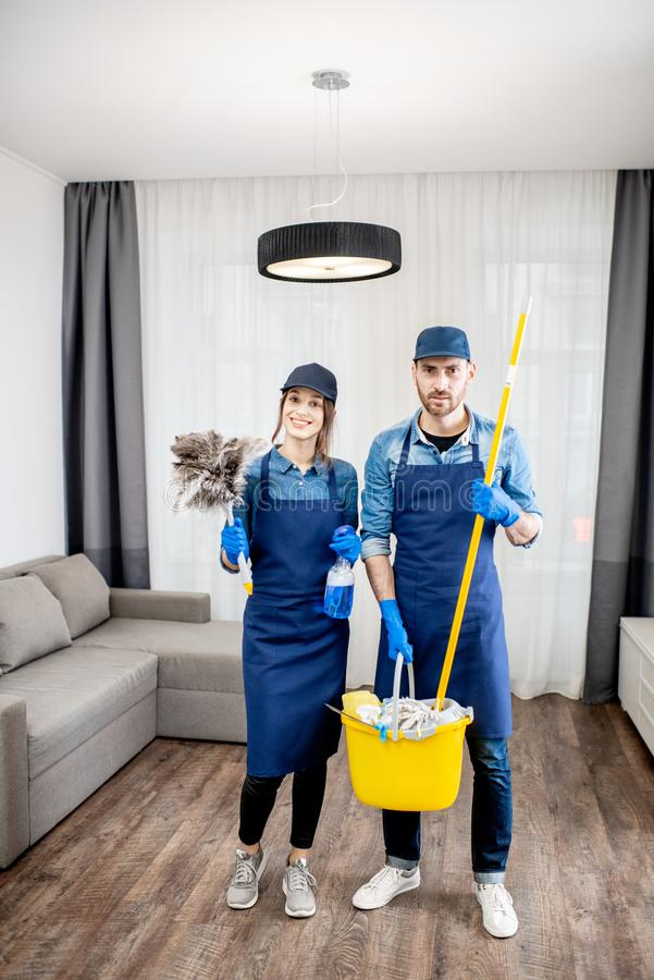 Professionele reinigingsmachines met binnen het schoonmaken van hulpmiddelen stock foto's