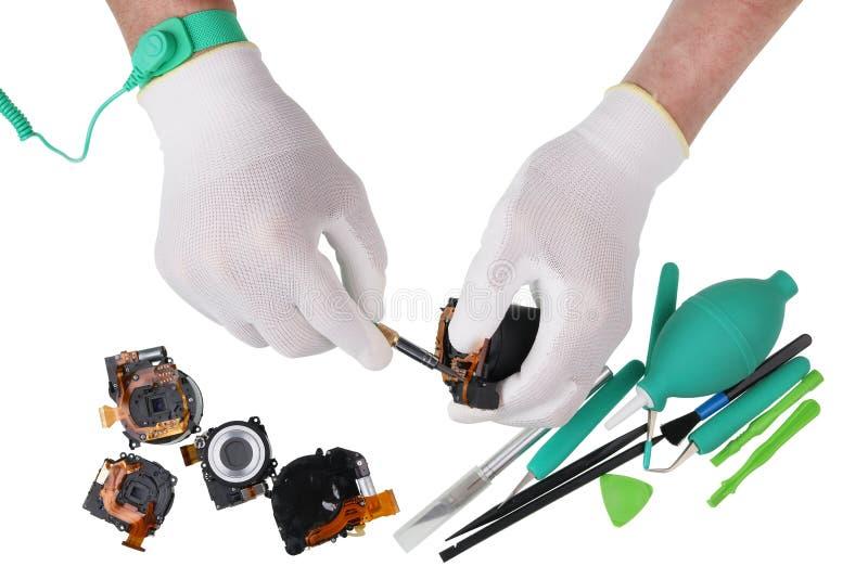 Professionele reparatie van lenzen van een de moderne digitale fotocamera binnen royalty-vrije stock afbeeldingen
