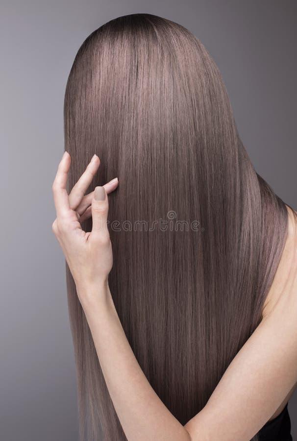 Professionele salonzorg: aardige mede manicure en in purper haar royalty-vrije stock afbeelding