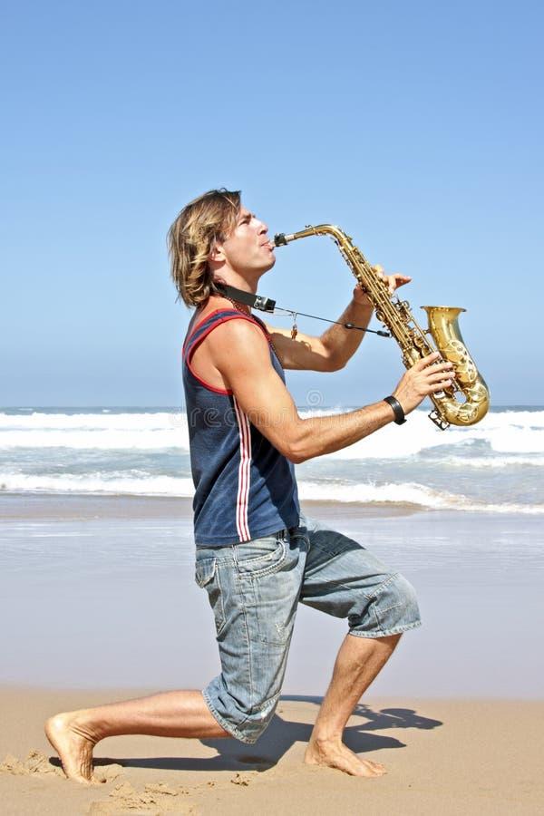 Professionele saxofoonspeler stock afbeelding