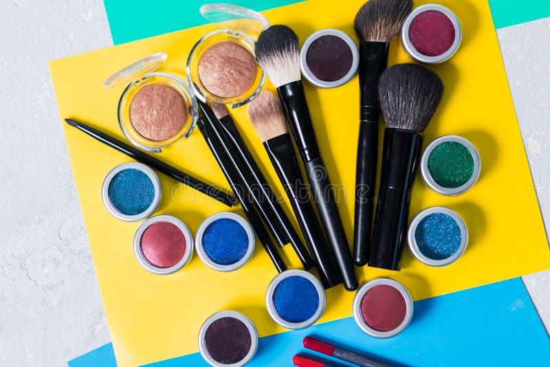 Professionele schoonheidsmiddelen op een heldere gele achtergrond, hoogste mening, close-up, gezicht stock afbeelding