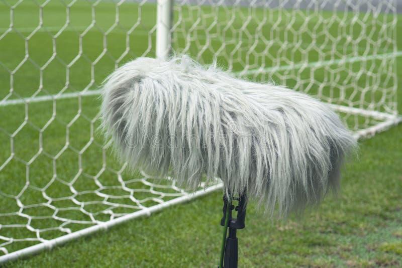 Professionele sportmicrofoon op een voetbalgebied erachter royalty-vrije stock foto