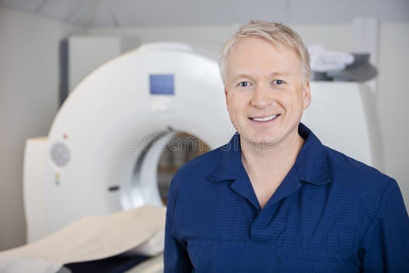 Professionele Status door MRI-Machine in Kliniek royalty-vrije stock afbeeldingen