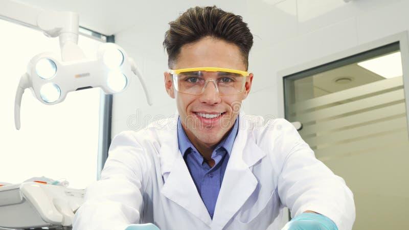 Professionele tandarts die bij zijn kliniek werken royalty-vrije stock foto's
