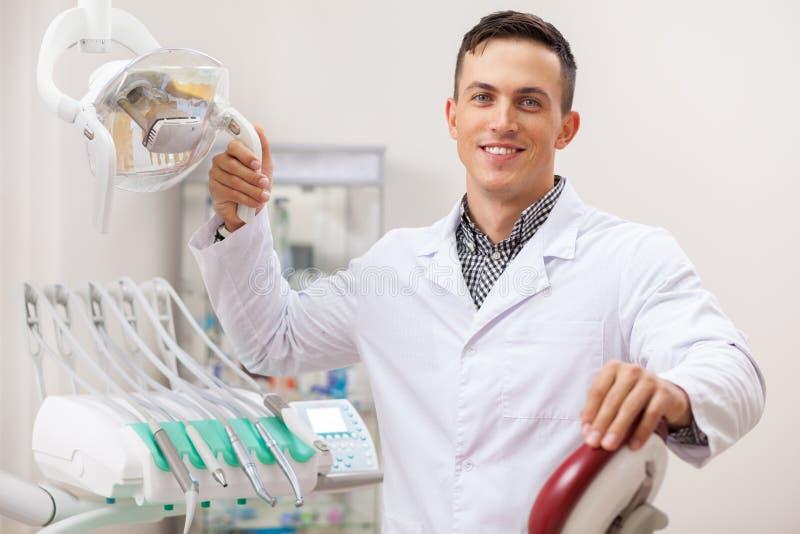 Professionele tandarts die bij zijn tandkliniek werken royalty-vrije stock foto