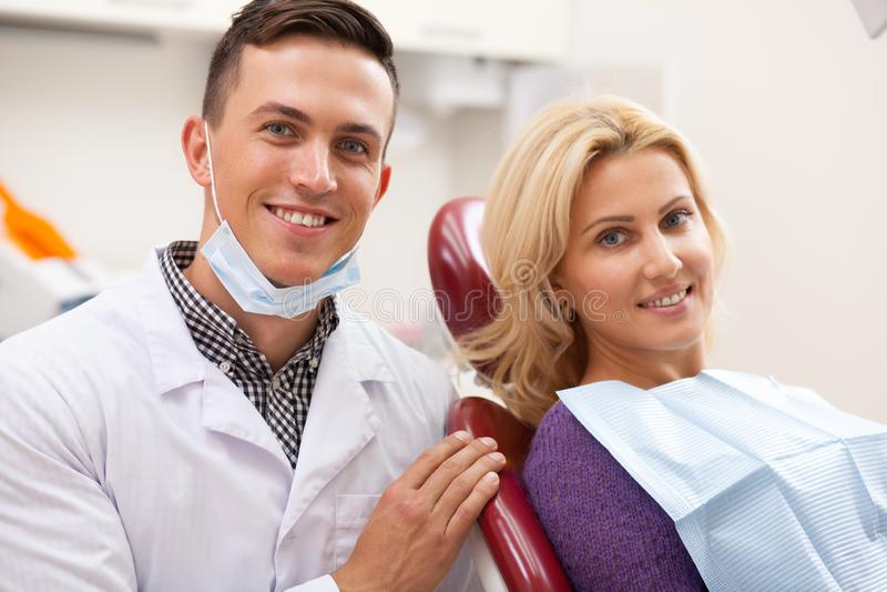 Professionele tandarts die bij zijn tandkliniek werken royalty-vrije stock afbeelding