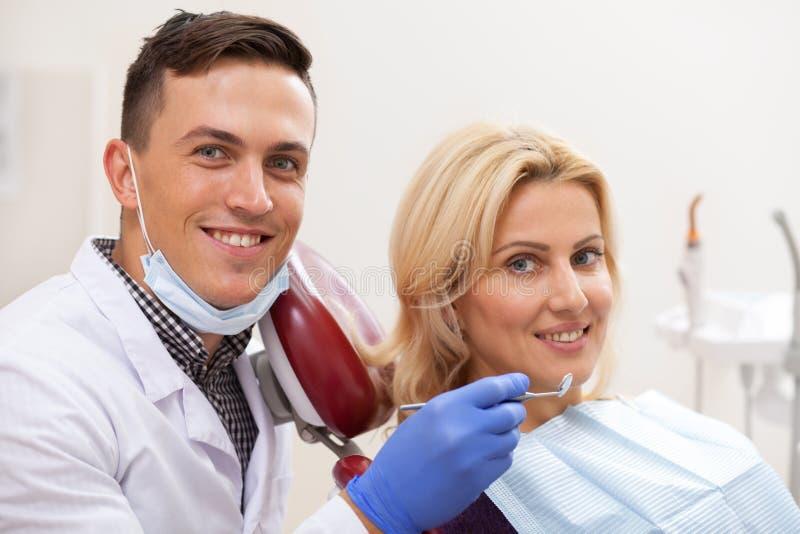 Professionele tandarts die bij zijn tandkliniek werken royalty-vrije stock afbeeldingen