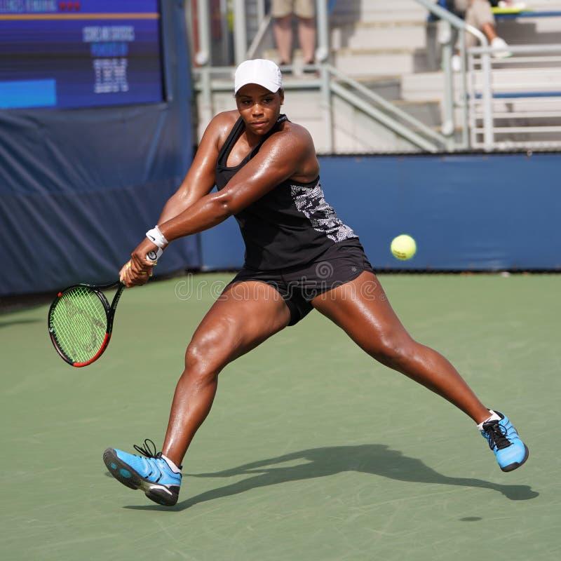 Professionele tennisspeler Taylor Townsend van de Verenigde Staten in actie tijdens haar eerste ronde wedstrijd US Open 2019 stock afbeeldingen