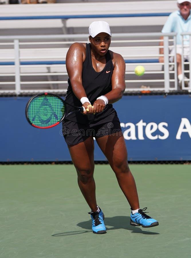 Professionele tennisspeler Taylor Townsend van de Verenigde Staten in actie tijdens haar eerste ronde wedstrijd US Open 2019 stock afbeelding