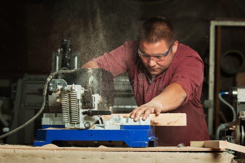 Professionele timmerman die met zaagmachine werken royalty-vrije stock foto
