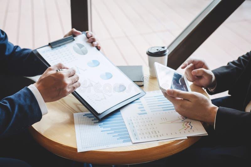 Professionele uitvoerende manager, Partner die idee?n marketing plan en presentatieproject van investering bespreken op vergaderi stock fotografie