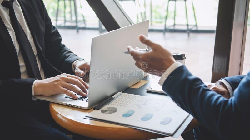 Professionele uitvoerende manager, Partner die idee?n marketing plan en presentatieproject van investering bespreken op vergaderi royalty-vrije stock afbeeldingen